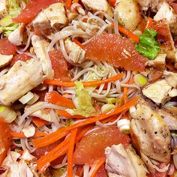 Salade de nouilles asiatiques au pamplemousse